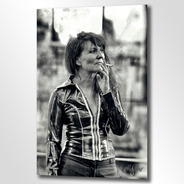 Schwarz weiss Porträt mit Vintage Touch. Eine Frau mit Zigarette - Nikotin als fester Bestandteil der Raucherpause . Fotografie im gewöhnlichen Alltag.