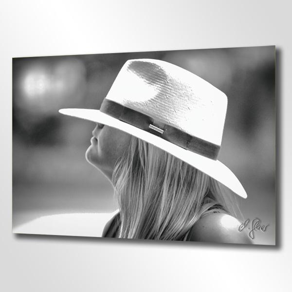 Dieser Hut ist für die junge Dame eine Nummer zu gross. Der klassische Panamahut von Stetson verleiht dem Gesicht der blonden Dame besonderen Zauber.