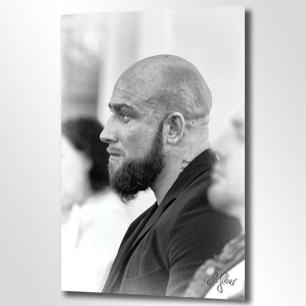 Ein Herr zeigt seine Aufmerksamkeit, deutlich sichtbar am Ausdruck seiner Augen. Abgelichtet vom Männerfotograf Michael Glaser in Krefeld