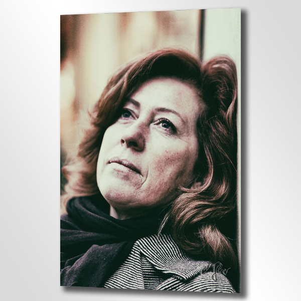 Hier ist das Portrait einer Dame zu sehen. Zarte Hauttöne, rote Haare und eine besondere Sprache der Augen machen diese Fotografie von Michael Glaser so ausdrucksstark.